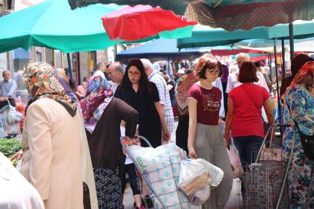 Fiyatların düşmesiyle pazarlara bayram havası geldi